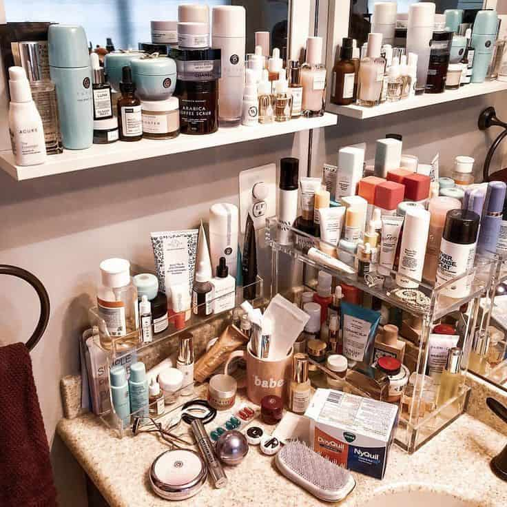 Organization of care and make-up.  When should the products be thrown away?  #skincarejunkie #skincare #tucsonskincare #bestproductsinTucson